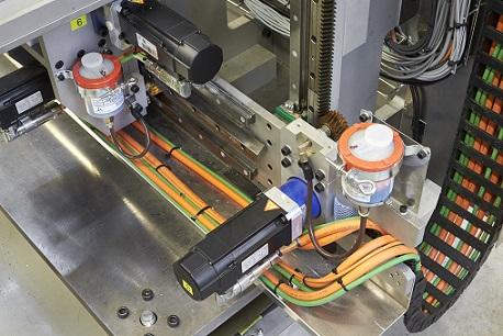 Linia obejmuje łącznie 52 serwomotory B&R sterowane przez napędy ACOPOSmulti, sześć silników krokowych sterowanych przez moduły X20 oraz cztery silniki asynchroniczne sterowane przez falowniki ACOPOSinverter.