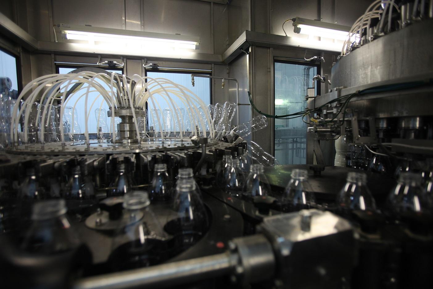 System rotacyjnego napełniania zastosowany w jednej z fabryk Charalambides Christis.
