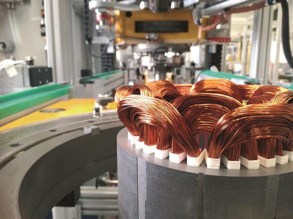 Nowa linia do produkcji stojanów silnikowych posiada stanowiska pracy ręcznej zlokalizowane w miejscach, nad którymi przemieszcza się również suwnica bramowa. W takich warunkach –logika bezpieczeństwa linii jest szczególnie złożonym problemem.