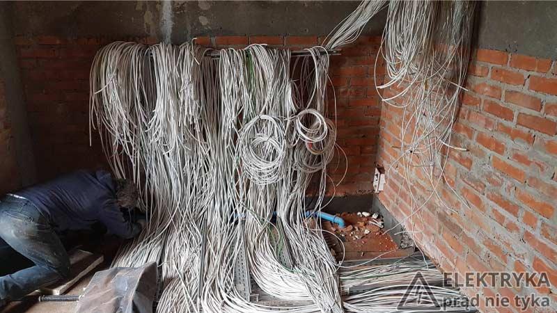 Foto 1. Przewody doprowadzone do rozdzielnicy.