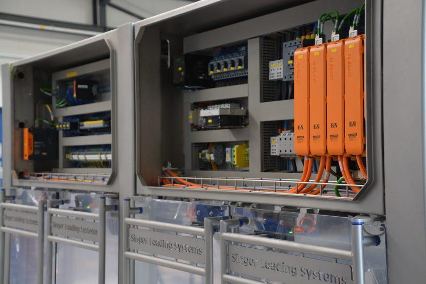 Kompaktowe podzespoły, takie jak serwonapęd ACOPOS P3, dają projektantom większą swobodę przy ustalaniu układu maszyn i ich szaf sterowniczych.