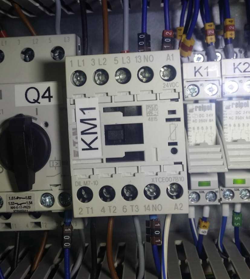 Stycznik KM1 w szafie elektrycznej