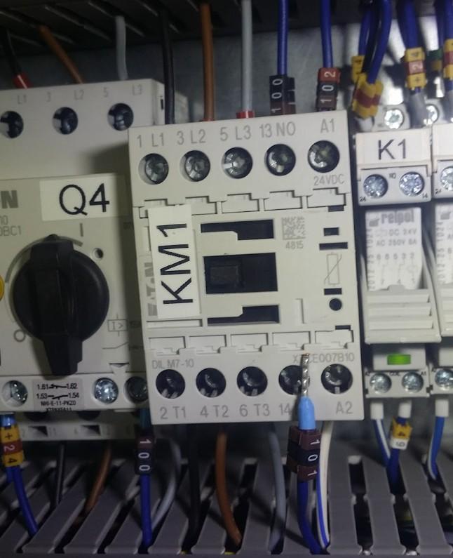 Luźny przewód w styczniku KM1